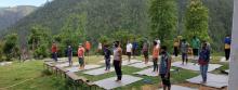 क्वारेन्टाइनमा वस्नुहुनेहरुलाइ योगा सिकाइदै